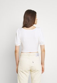 Glamorous - BOW FRONT SCOOP CROP WITH PUFF SHORT SLEEVES - T-shirts med print - cream - 2