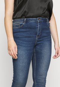 Pieces Curve - PCHIGHFIVE FLEX - Jeans Skinny Fit - medium blue denim - 4