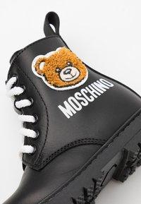 MOSCHINO - Šněrovací kotníkové boty - black - 5