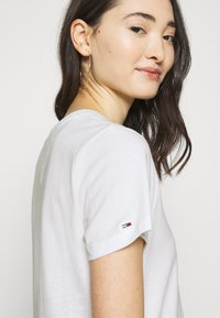 Tommy Jeans - LOGO TEE - Print T-shirt - white - 3