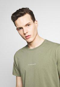 NN07 - ETHAN PRINT TEE  - Basic T-shirt - thyme - 4