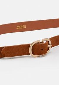 Pieces - PCJUVA JBELT - Pásek - cognac/gold-coloured - 2