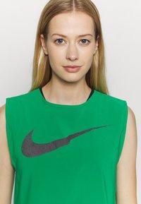 Nike Performance - RUN TANK PLEATED - Camiseta de deporte - lucky green/black - 4