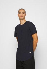 Jack & Jones - JJENOA TEE CREW NECK 5 PACK - Basic T-shirt - white/black/dark blue - 5