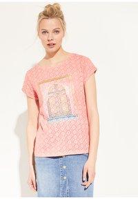comma casual identity - KURZARM - Print T-shirt - light orange place - 0