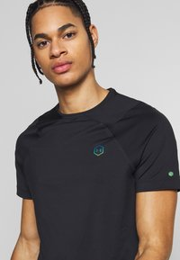 Under Armour - RUSH FITTED  - T-shirt basique - black - 4