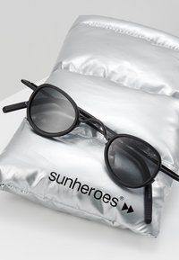 Sunheroes - Sluneční brýle - matt black /smoke - 2