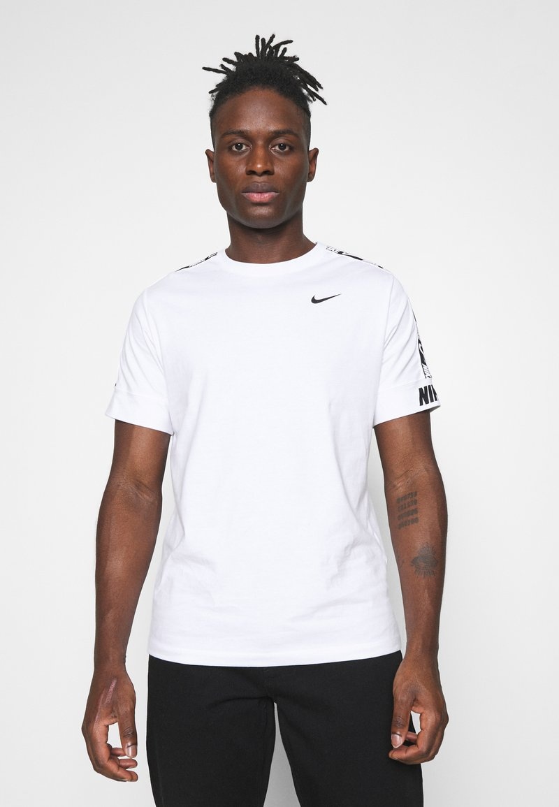 Nike Sportswear - REPEAT TEE  - Camiseta estampada - white/black