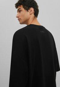 Bershka - OVERSIZED UNISEX - T-shirt - bas - black - 4