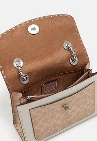 Coach - SIGNATURE BORDER RIVETS PARKER SHOULDER BAG - Handbag - sand/taupe/multi - 2