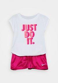 Nike Sportswear - GRAPHIC SET - T-shirt imprimé - fireberry - 0