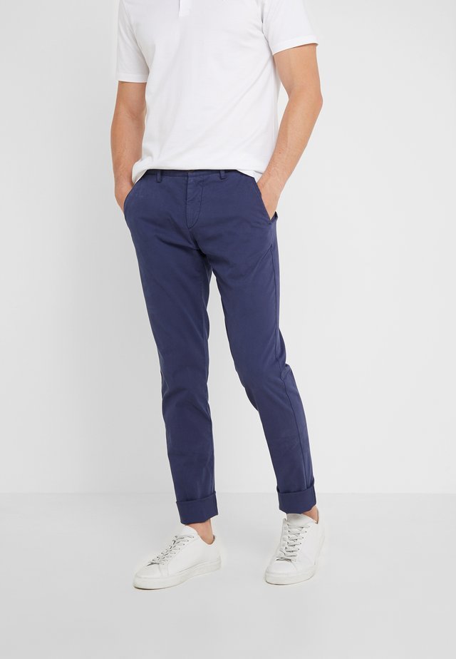 DYE TEXTURE - Pantalones - denim