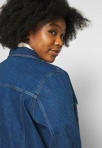 Vero Moda Curve - VMEBBE LONG JACKET - Giacca di jeans - medium blue denim - 3