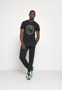 CLOSURE London - GUARD DOG TEE - Print T-shirt - black - 1
