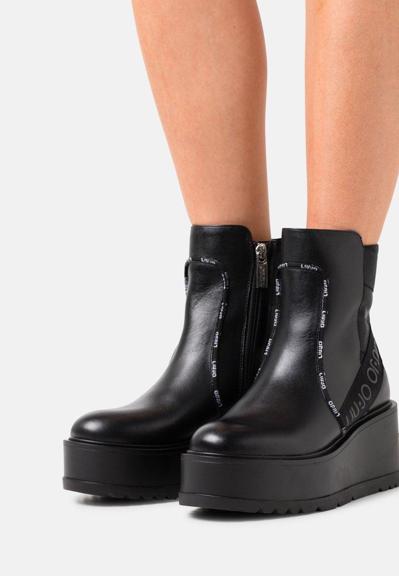 Liu Jo Jeans - LOVE  - Platåstøvletter - black