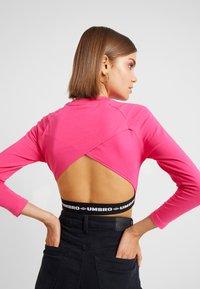 Umbro Projects - CARA CROPPED WOMEN - Bluzka z długim rękawem - sorbet/black - 4