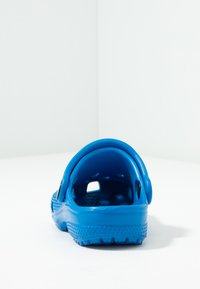 Crocs - CLASSIC UNISEX - Pool slides - bright cobalt - 4