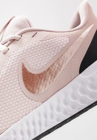 Nike Performance - REVOLUTION 5 - Hardloopschoenen neutraal - barely rose/metallic red bronze/stone mauve - 5