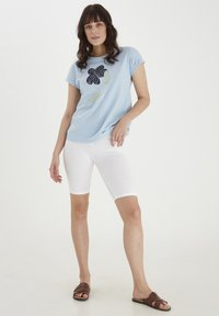 Fransa - MIT FLORALEM PRINT - Print T-shirt - cashmere blue - 1