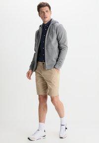 Lyle & Scott - Shorts - sand - 1