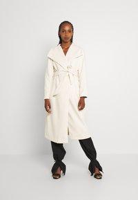 Vila - VIPOKU BELTED LONG COAT - Classic coat - birch - 0