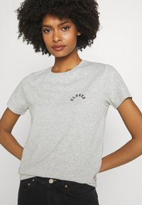 CLOSED - CREW NECK WITH LOGO ON CHEST - Print T-shirt - taupe - 6