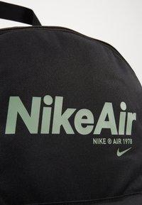 Nike Sportswear - AIR HERITAGE - Mochila - black/black/silver pine - 6