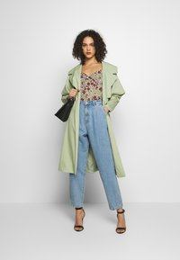 Missguided - SLOUCH HIGHWAISTED PLEAT DETAIL - Relaxed fit jeans - lightwash - 1