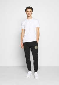 Good For Nothing - FITTED WITH STACKED BRANDING - T-shirt imprimé - white - 1