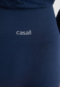 Casall - CASALL SEAMLESS STRUCTURE TIGHTS - Medias - pushing blue - 4