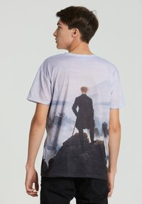 Mr. GUGU & Miss GO - WANDERER ABOVE THE SEA OF FOG - Print T-shirt - blue - 2
