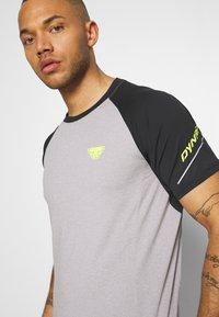 Dynafit - ALPINE PRO TEE - T-shirt print - black out - 3