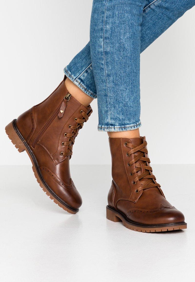 Anna Field - Šněrovací kotníkové boty - cognac
