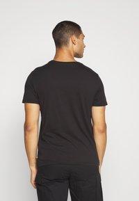 Levi's® - PRIDE COMMUNITY TEE - T-shirts med print - black/multi - 2