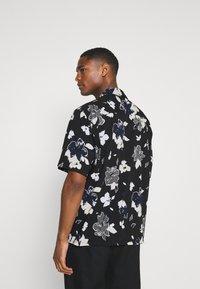 Calvin Klein Tailored - SHORT SLEEVE FLOWER PRINT  - Shirt - print / black - 2