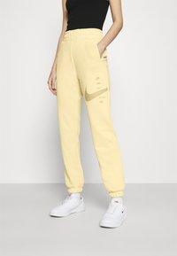 Nike Sportswear - PANT - Pantalon de survêtement - fossil/stone - 0