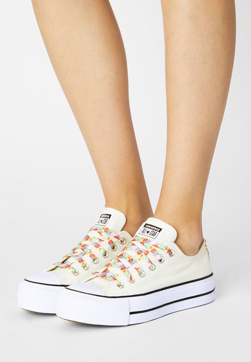 Converse - CHUCK TAYLOR ALL STAR GARDEN PARTY PLATFORM - Joggesko - egret/white/bright poppy