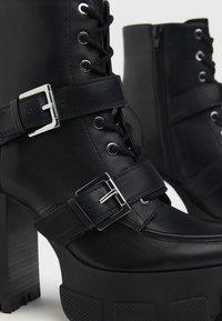 Bershka - MIT SCHNALLEN - Kovbojské/motorkářské boty - black - 6