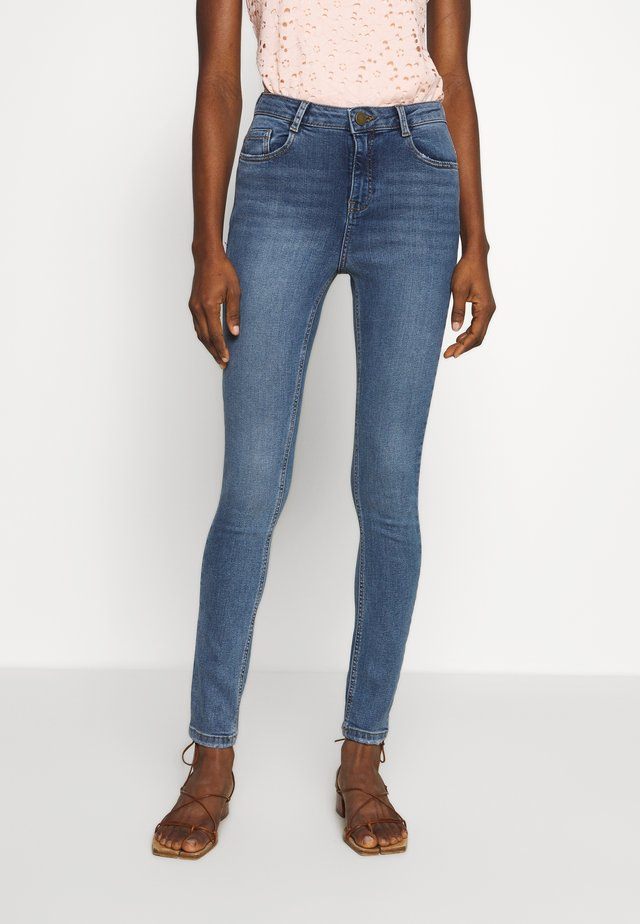SHAPE AND LIFT - Jeansy Skinny Fit - midwash