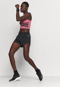 Nike Performance - TEMPO LUXE SHORT  - kurze Sporthose - black/silver - 3