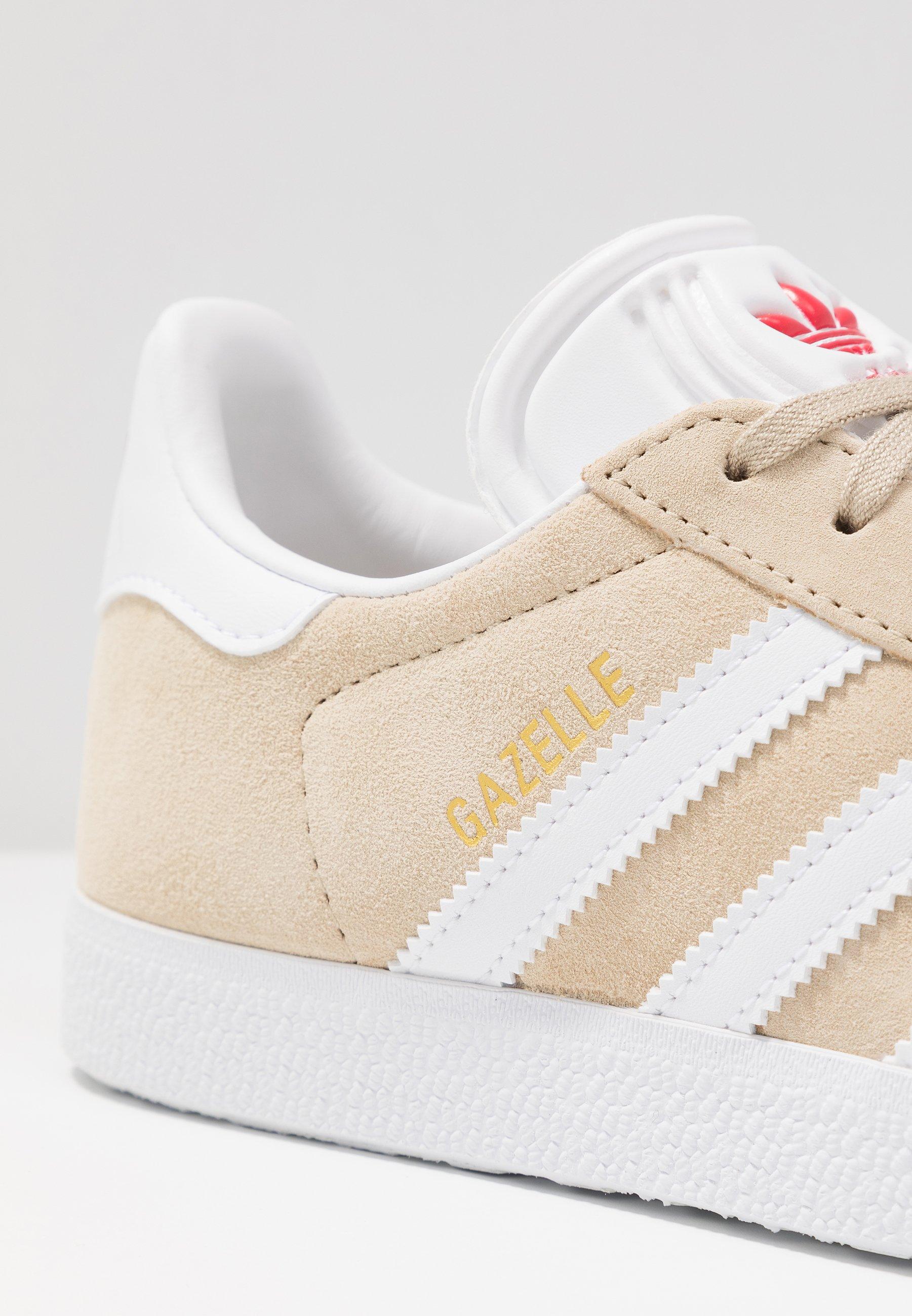 adidas Originals GAZELLE - Joggesko - savanne/footwear white/glow red