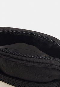 Hummel - HMLELECTRO SHOULDER BAG UNISEX - Torba na ramię - black - 2