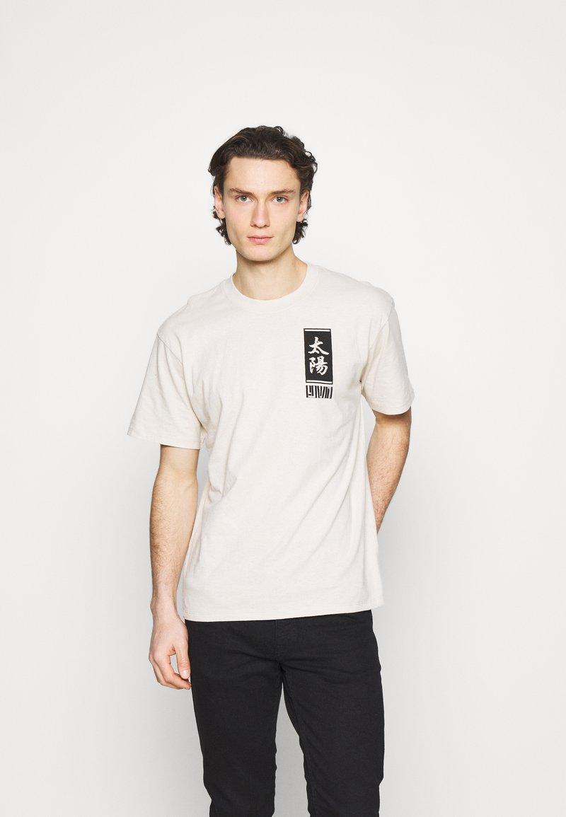 Edwin - TAROT DECK UNISEX - Print T-shirt - pelican