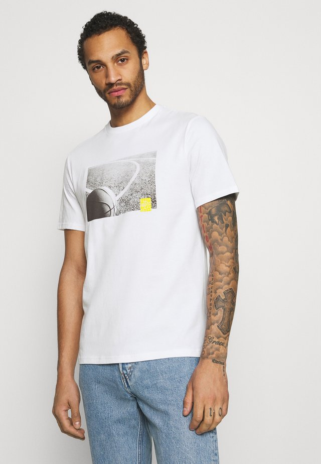 COURT PHOTO SHORT SLEEVE TEE - T-shirt imprimé - white