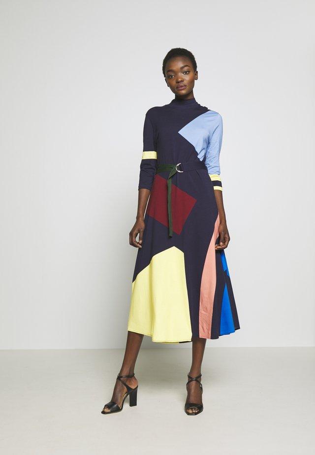 ABSTRACT DRESS - Robe en jersey - navy/multi