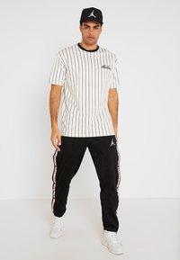 New Era - NEW ERA PINSTRIPE OVERSIZED TEE - Print T-shirt - off white/navy - 1