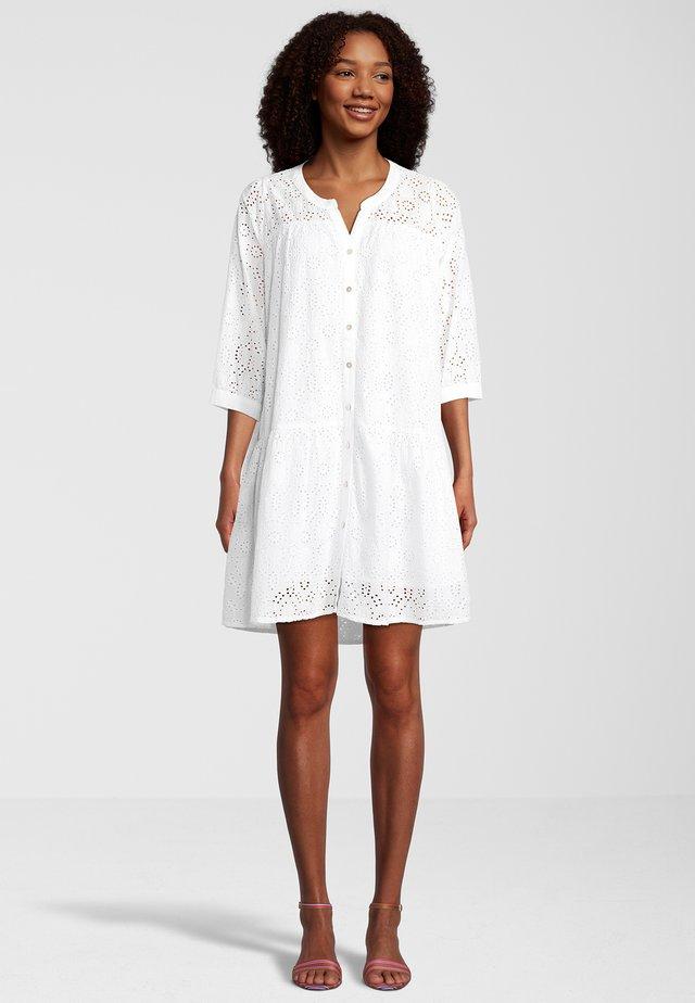MIT LOCHSTICKEREI - Korte jurk - white