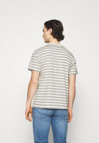 Carhartt WIP - SCOTTY POCKET - Print T-shirt - white heather/grey heather - 2