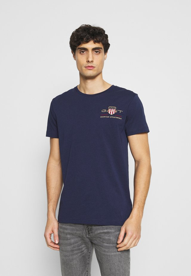 ARCHIVE SHIELD - Camiseta estampada - evening blue