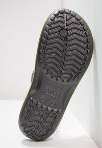 Crocs - CROCBAND FLIP UNISEX - Teenslippers - grey - 4